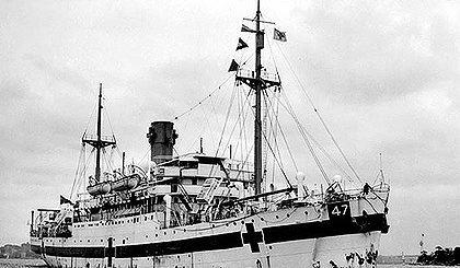 Australijski okręt szpitalny HMAHS Centaur. Na zdjęciu dobrze widoczne są oznakowania charakterystyczne dla okrętów szpitalnych oraz nr okrętu 47 po którym można było sprawdzić jaka to jednostka. / Zdjęcie: Queensland Digital Library enc.slq.qld.gov.au