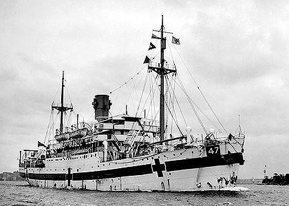 Australijski okręt szpitalny HMAHS Centaur. Na zdjęciu dobrze widoczne są oznakowania charakterystyczne dla okrętów szpitalnych oraz nr okrętu 47 po którym można było sprawdzić jaka to jednostka. / Zdjęcie: Queensland Digital Library enc.slq.qld.gov.au)