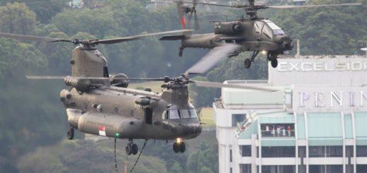 Zmodernizowane siły powietrzne Republiki Singapuru Boeing CH-47SD Chinook lecą w szyku z AH-64D Apache nad centralną dzielnicą biznesową Singapuru podczas corocznej krajowej parady narodowej w dniu 9 sierpnia. / Zdjęcie: Mike Yeo / Staff