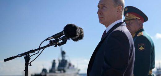 Władimir Putin podczas obchodów święta Marynarki Wojennej Rosji (lipiec 2020). / Zdjęcie: Alexei Druzhinin / Biuro prasowe i informacyjne prezydenta Rosji / TASS