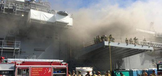 Marynarze i strażacy z Federal Fire San Diego walczą z pożarem na pokładzie USS Bonhomme Richard (LHD 6) 12 lipca 2020 r. / Zdjęcie: US Navy / Jason Kofonow