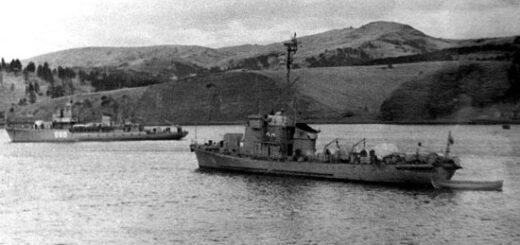 Jedna z zatoczek radzieckiego Dalekiego Wchodu z cumującymi w niej okrętami: ścigaczem okrętów podwodnych typu Kronstadt (proj. 122bis) oraz trałowcem typu T-43 (proj. 254). / Zdjęcie: zbiory Siergiej Bałakin