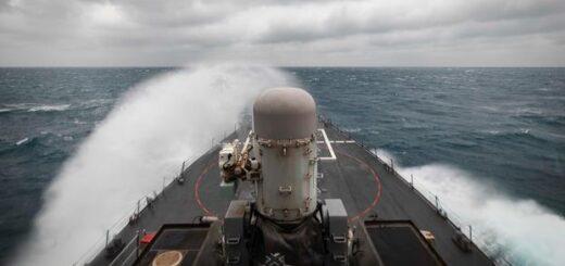Na tym zdjęciu dostarczonym przez Marynarkę Wojenną USA niszczyciel rakietowy USS John S. McCain prowadzi rutynowe operacje wspierające stabilność i bezpieczeństwo dla wolnego i otwartego Indo-Pacyfiku w Cieśninie Tajwańskiej. / Zdjęcie: US Navy