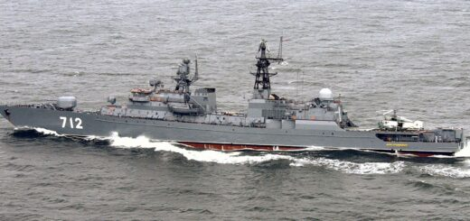 Widok z lewej strony na rosyjską fregatę NEUSTRASHIMYY (712), która przygotowuje swój helikopter Kamov KA-27 Helix do startu podczas corocznego ćwiczenia na Morzu Bałtyckim BALTIC OPERATIONS 2004 (BALTOPS). / Zdjęcie: US Navy