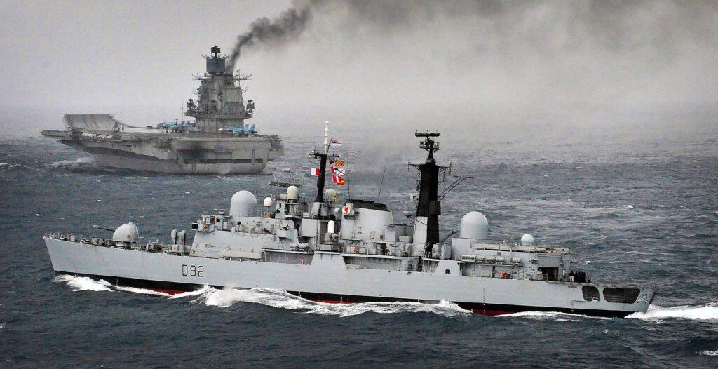 HMS Liverpool obok jedynego rosyjskiego lotniskowca - admirał Kuzniecow. / Zdjęcie: Royal Navy