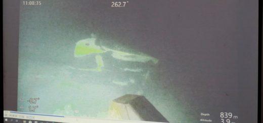 Indonezyjski dowódca wojskowy Hadi Tjahjanto przedstawia szczątki, które prawdopodobnie pochodzą z zaginionego okrętu podwodnego. / Źródło: PAP/EPA/MADE NAGI