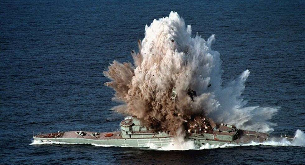 Fregata Leander, były HMAS Torrens trafiona torpedą podczas ćwiczeń SINKEX, 1999. / Zdjęcie: Australijski Departament Obrony