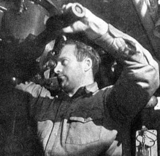 Kapitan Romanowski przy peryskopie Dzika.