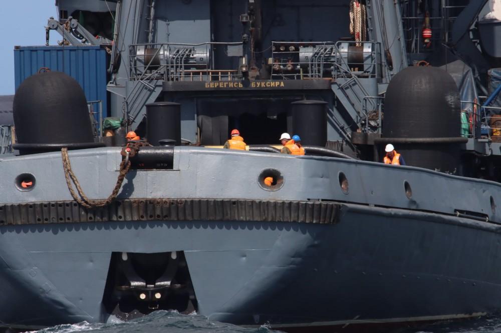 Załoga rosyjskiego holownika Ałtaj przygotowana do podania liny holowniczej na Orioła. / Zdjęcie: Royal Danish Navy/3. Eskadre