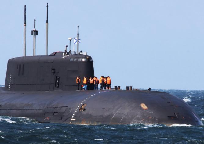 Liczna grupa rosyjskich marynarzy na pokładzie dziobowym atomowego okrętu podwodnego Orioł. / Zdjęcie: Royal Danish Navy/3. Eskadre